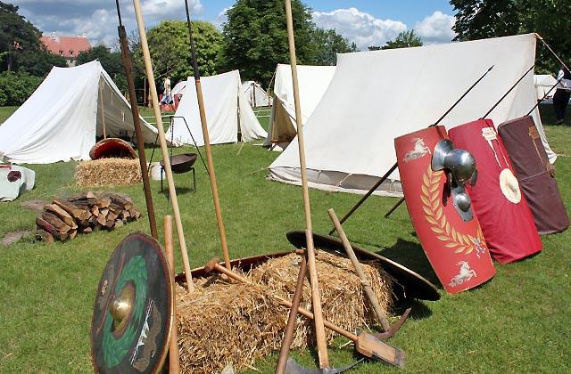 Römerlager: Zelte, Kriegsutensilien - ein echtes Militärlager eben