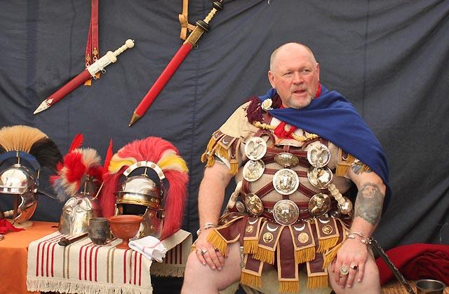 Römerfestival: Prachtvolle Uniformen auf korpulenten Leibern