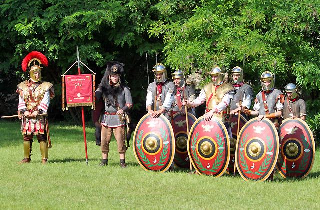 Römische truppe: Soldaten mit Schild, Helm und Federschmuck