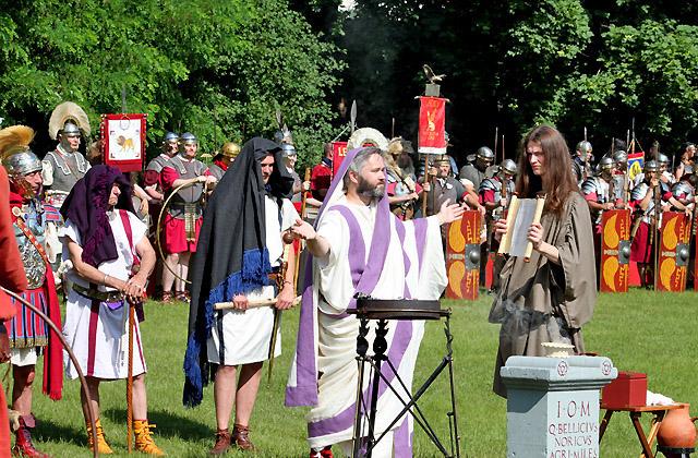 Priester bei Opferzeremonie für die Legionäre
