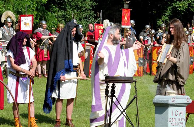 Priester bei der Opferzerempmie für die Soldaten / Römerfestival 2018 - Carnuntum