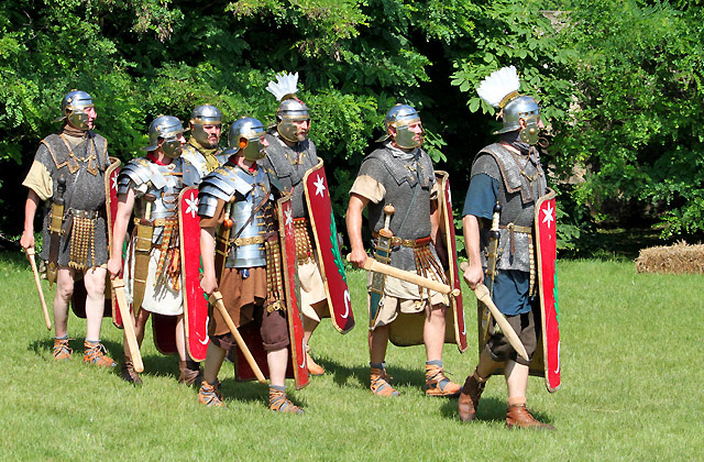 Römische Soldaten am Weg zum Truppenübungsplatz / Römerfestival
