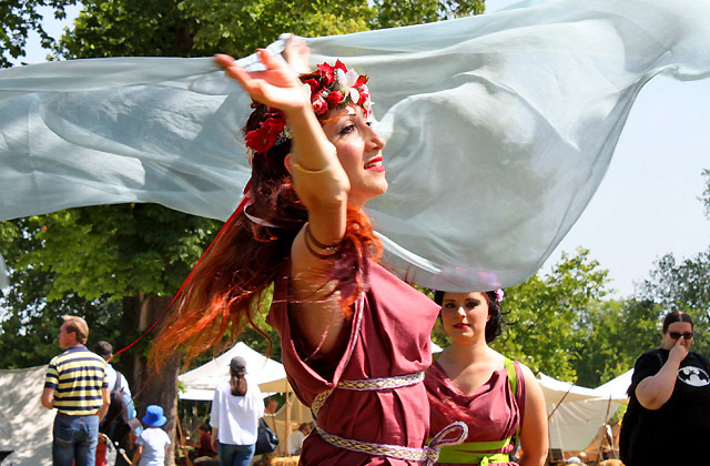 Römische Tänzerin mit fliegendem Schal - Römerfestival 2018