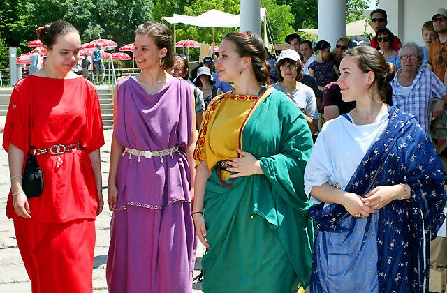 Junge Römerinnen bei der Modeschau: Haute Couture aus Rom - Römerfestival 2018, Carnuntum