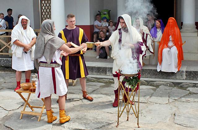 Opfergaben für das Brautpaar - Hochzeitszeremonie - Römerfestival