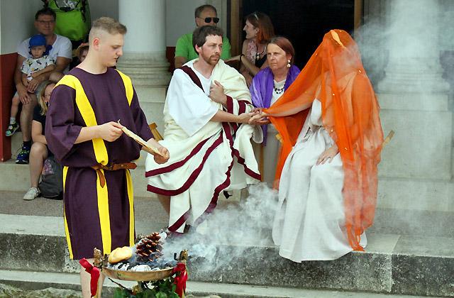 Opfergaben für das Brautpaar - Römische Hochzeit, Carnuntum, Römerfestival 2018