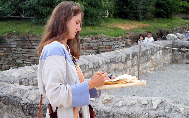 Römerin in schmucken Outfit - Bestandaufnahme in Carnuntum