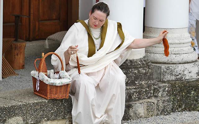 Römerin in eleganter weisser Kleidung
