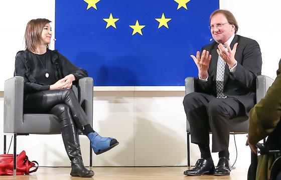 Carola Schneider und Benedikt Weingartner in Europa : DIALOG