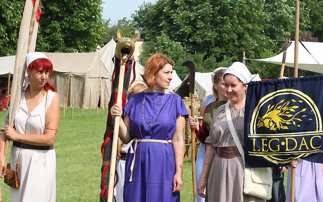 Einmarsch Gladiatoren ... Hausfrauen, Handwerker ... und Soldaten ...