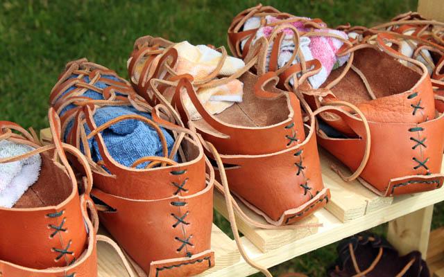 Sandalen im Verkaufsregal