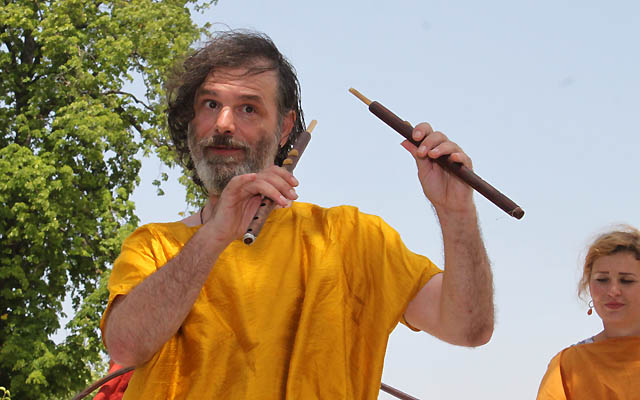 Musiker erklärt das Instrument