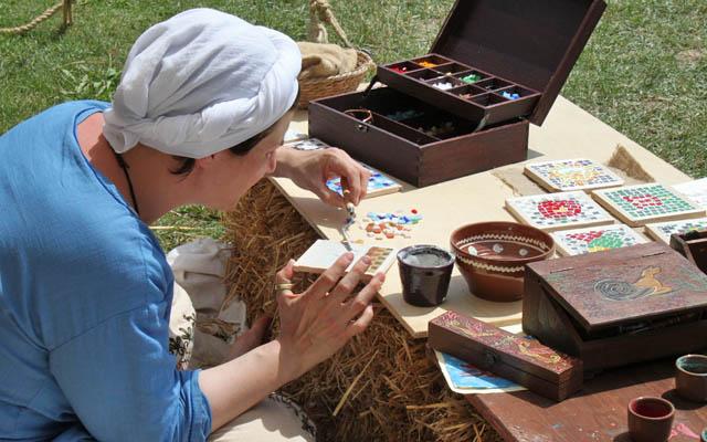 Römisches Handwerk - Künstlerin bei der Arbeit