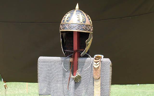 Helm und Metallhemd eines Soldaten