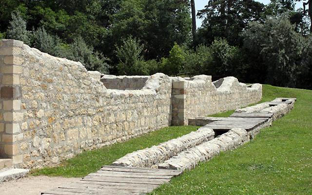Carnuntum - Römisches Stadtviertel: ein Wassergraben