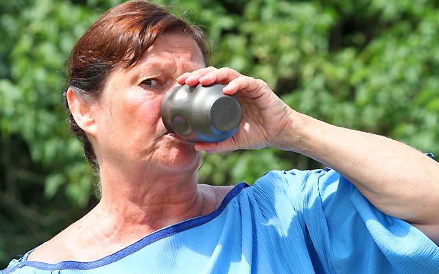 Römerin, trinkt aus Weinbaecher, einem Römer