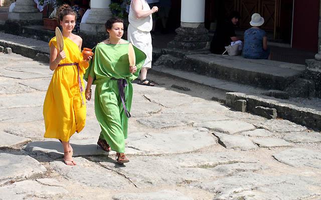 Römische Mode - 2 Römerinnen promenieren durch das römische Stadtviertel