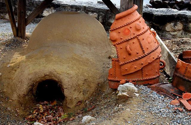 Römersiedlung - Feuerstelle mit Tonkrug