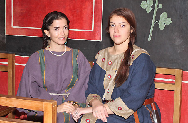 Römische Mode: 2 Römerinnen in antiken Kleidern