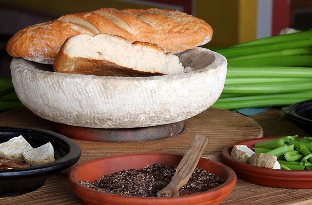 Römischer Snack mit Brot, Hülsenfrüchten und Sellerie