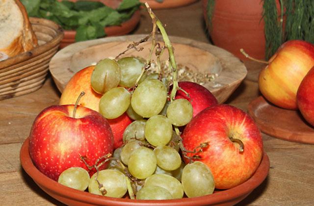 Obstteller mit Weintrauben und Äpfel