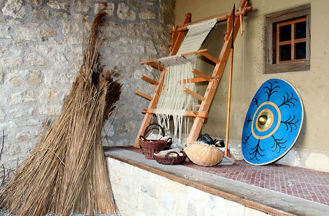 Alter Webstuhl im Innhof eines Römerhauses