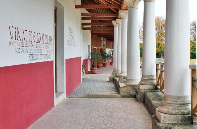 Antike Architektur in der Römerzeit / Säulengang in Carnuntum