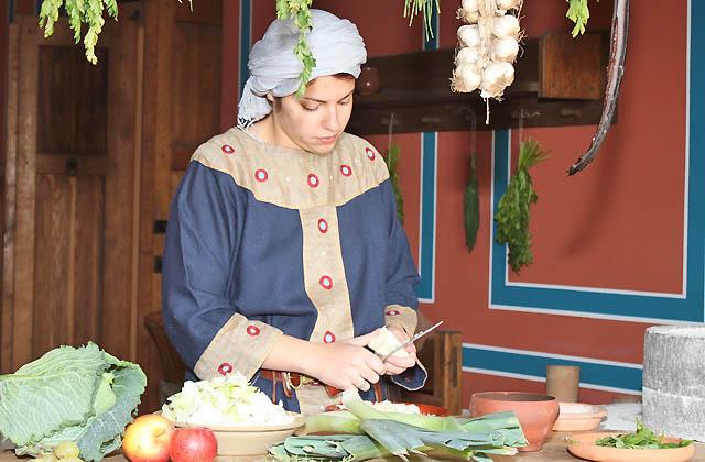 Römischr Köchin beim Gemüseputzen