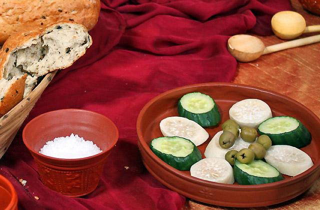 Bio: Gurke, Sellerie, Brot, Oliven - typisch römischer Imbiss