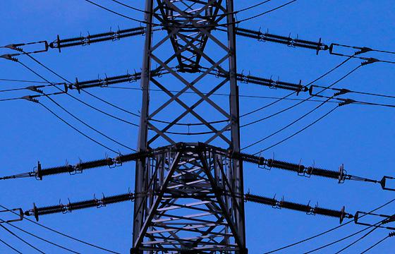 Nahaufnahme eines Strommasten, viele Details