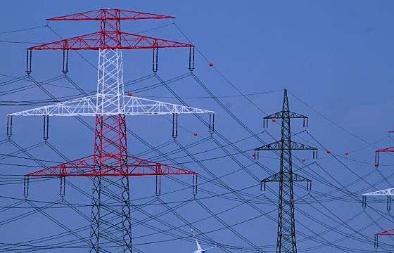 Hochspannungsleitung in NÖ, Masten mit Signalfarbe