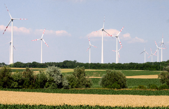 Windräder einer Windkraftanlage im Burgenland