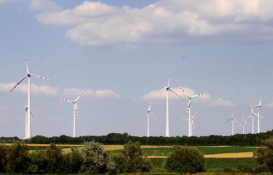 Windkraftanlage im Burgenland - Windräger vor blauen Himmel