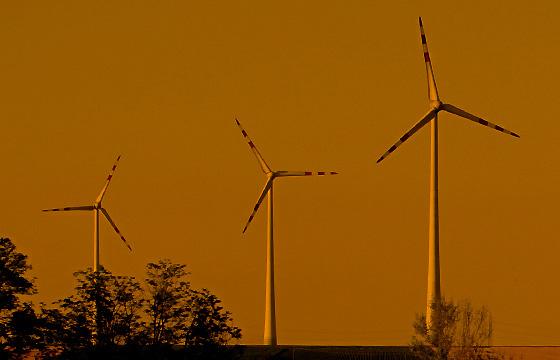 Windräder in der Dämmerung -(O-Filter)