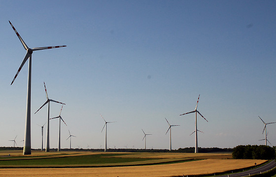 Windkraftanlage in der Nachmittagssonne