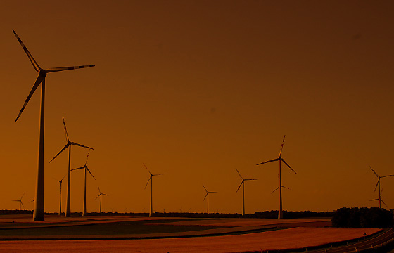 Dämmerung über einem Windpark, Burgenland