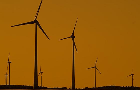 Dämmerung über einem Windpark