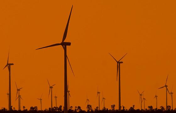 Dämmerung über einer Windkraftanlage