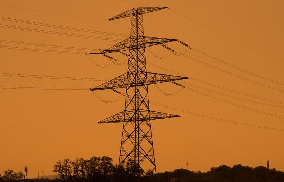 Überlandleitung - Hochspannungsmast in Dämmerung