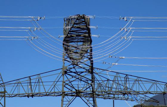 Hochspannung: Nahaufnahme eines Strommasten