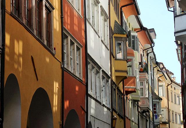 Bozen: Pastellfarbene Häuserfronten in der Altstadt von Bozen