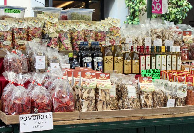 Mediterrane Spezialitäten am Markt in der Altstadt