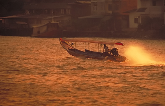 Bangkok: Longtail-Boat im Sonnenaufgang