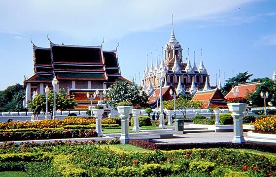 Tempelanlage mit Park, im Hintergrund Wat Ratchanadda