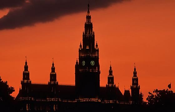 Wiener Rathaus in Abenddämmerung