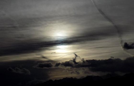 Dunkle Wolken im Gegenlicht