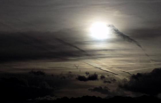 Schwarze Wolken im Gegenlicht bringen Shlechtwetter