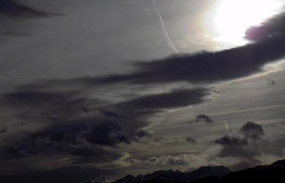 Wolkenformation: Dunkle Wolken im Gegenblicht / Wetterfront