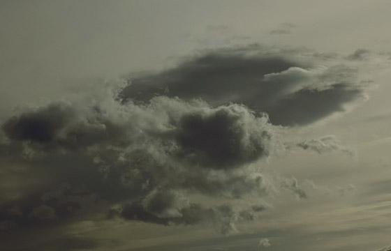 Dicke, fette Regenwolken am grauen Himmel