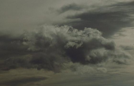 Regenwolken am grauen Himmel